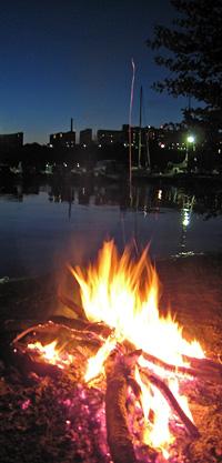 Un feu improvisé sur une petite plage de Stockholm